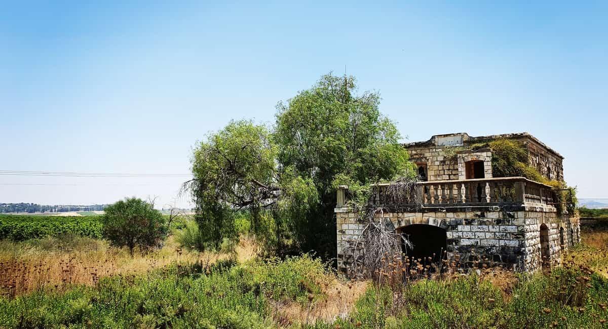 תחנת הרכבת הנטושה בנחל שורק - תחנת הרכבת הישנה נחל שורק - כנרת מטיילת - מבנים נטושים