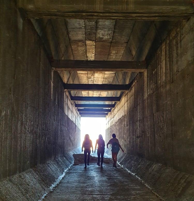 מעבר המים מתחת לכביש 90 - ים המלח - כנרת מטיילת