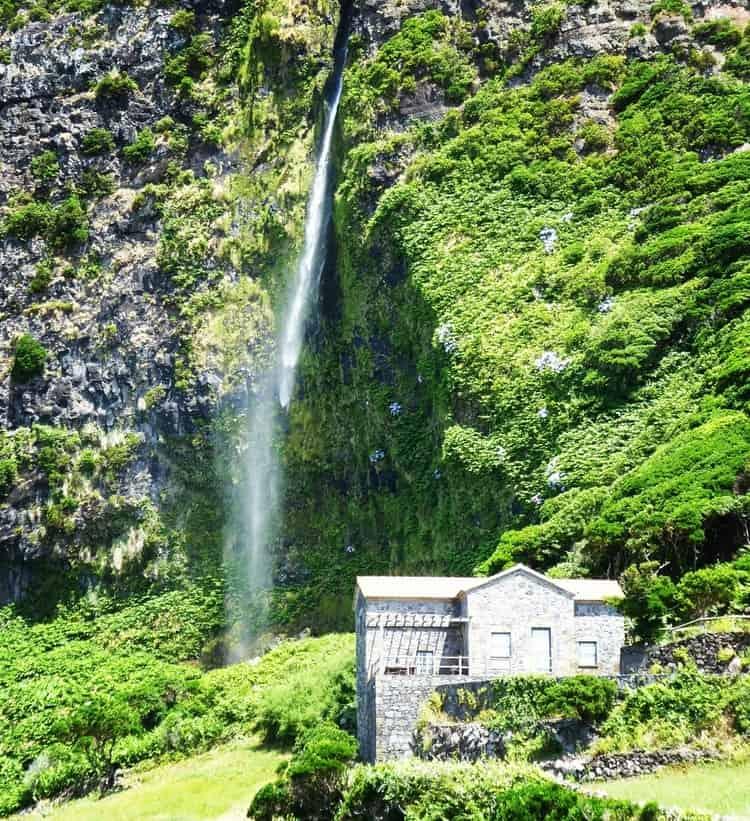 flores island azores - האיים האזוריים עם ילדים - פלורס למטייל - Poco do Bacalhau Waterfall